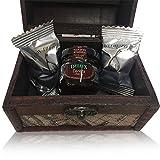 Baúl grande de madera y adorno de mapas con un tarro de mermelada de cerezas y bombones de higo Rabitos Royale (Pack 24 ud)