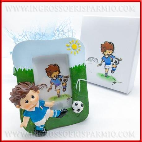 Cadre photo à poser, en résine colorée, avec fond représentant terrain de football et en relief un garçon jouant au foot avec le maillot de l'Italie, boîte incluse - Bonbonnière pour naissance, communion, premier anniversaire, baptême kit 3 pz. Sacchetto Rosso
