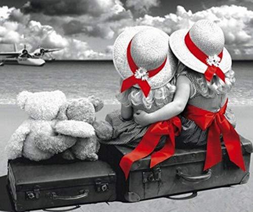twee kleine meisjes zusters zitten op een koffer twee kleine beren kijken een zee vliegtuig diamanten 40x50cm/16x20in
