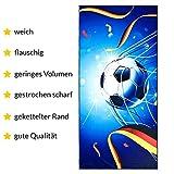 Aminata Kids - Kinder Badetuch Strandtuch Mikrofaser Fußball-Motiv 75x150 cm - Jungen & Männer - blau - Strandlaken Sport Deutschland-Fahne - kräftige Farben durch Digital-Druck -...