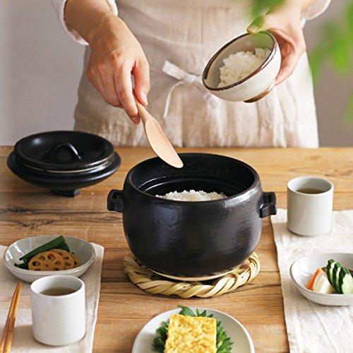 分厚い素地で保温性バッチリの「イブキクラフト」の2合炊きのご飯土鍋。ころんとしたキュートなフォルムの深めのボディは、見た目の良さだけでなく対流が良いため、保温性も高く、吹きこぼれにくさも嬉しい特徴で、手軽につやつやの土鍋ご飯を炊くことができます。