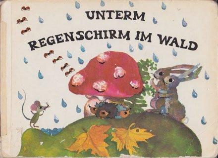 Unterm Regenschirm im Wald