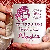 Tazza Nadia divertente. Adatta per colazione, the, tisana, caffè, cappuccino. Gadget tazza personalizzata: Mai sottovalutare una donna di nomeNadia. Anche come idea regalo originale e simpatica