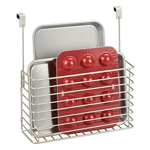 mDesign Juego de 2 estantes para cocina – Prácticas repisas colgantes – Baldas metálicas para colgar en la puerta del armario – Para guardar tablas de cortar, moldes, recetarios y más – plateado mate