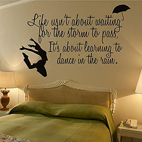 Art Muursticker leven wacht niet op de storm inspirerende tekst muurstickers dansende meisje en paraplu muur Decal slaapkamer decoratie 68X44Cm