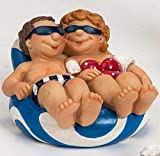 Fröhliches Urlauberpaar auf einer Luftmatratze als Dekofigur - 2