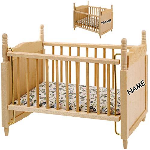 alles-meine.de GmbH Miniatur - Holz - Kinderbett / Bett - Babybett - inkl. Name - Maßstab 1:12 - Puppenstube / Puppenhaus - Gitterbett - Puppenbett - Puppe - Kinderbettchen - Kin..