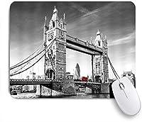 NIESIKKLAマウスパッド タワーブリッジイギリスロンドンランドマーク赤ダブルデッキバスモノクロ ゲーミング オフィス最適 高級感 おしゃれ 防水 耐久性が良い 滑り止めゴム底 ゲーミングなど適用 用ノートブックコンピュータマウスマット