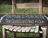 Esta casa está protegida por el buen Señor Primitivo letrero de madera rústica Caza Cabin No Trespassing Decor