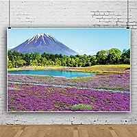 Qinunipoto 富士山 紫色のラベンダーの背景 穏やかな湖 緑の森の背景 春の風景 自然の風景の背景 結婚式の背景 誕生の背景 イベント装飾 女性は背景をなでます 写真の背景 商品撮影 人物撮影 ビニール 2.1x1.5m