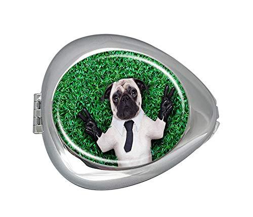 Mops Hund im Smoking-Anzug mit Krawatte, die auf Gras ruht, mit Sieger-Fingern, Mauspad-Pillendose, Tablettendose, oval, für Vitamin-Tabletten, Organizer für Geldbörse