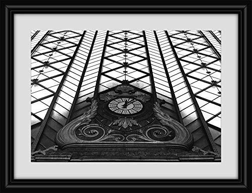 Fotografía en blanco y negro. Reloj de la antigua Estación de trenes...