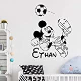 Tianpengyuanshuai Nombre Personalizado Etiqueta de la Pared Vinilo Dibujos Animados Jugando Calcomanías de fútbol Decoración del hogar Niño Dormitorio Mural 63X84cm