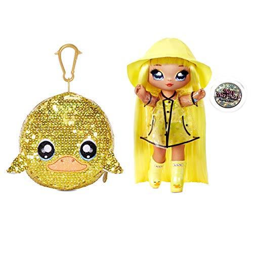 Na! Na! Na! Surprise Bambola alla moda 2 in 1 DARIA DUCKI, Borsa con pompon, Bambola impermeabile con vestiti e accessori, Serie Sparkle, Età: 5+ anni