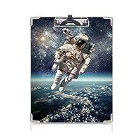 クリップボード 銀河 ミニバインダー 宇宙飛行士が惑星地球と宇宙空間を浮遊するシュールな重力イメージスペースアート 用箋挟 クロス貼 A4 短辺とじグレーブルー