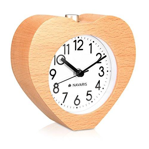Navaris Analog Holz Wecker mit Snooze - Retro Uhr im Herz Design mit Ziffernblatt Alarm Licht - Leise Tischuhr ohne Ticken - Naturholz in Hellbraun
