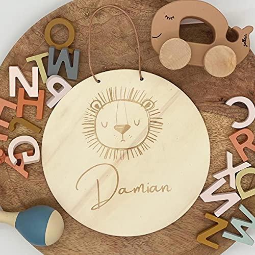 16 cm Ø Namensschild Türschild Holzschild mit Motiv Löwe   Personalisiert mit Name   Tiermotiv Tier aus Holz   Geschenkidee zur Geburt   Kinderzimmer u. Wand mit Lederband