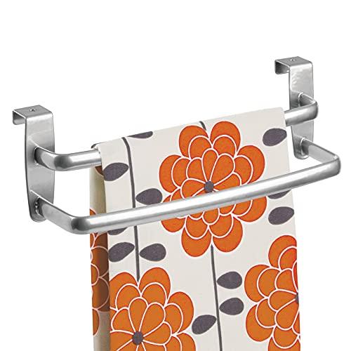 mDesign Barra para colgar paños de cocina – Colgador de cocina doble para colocar en las puertas de los armarios – Toallero de baño curvado de metal – plateado