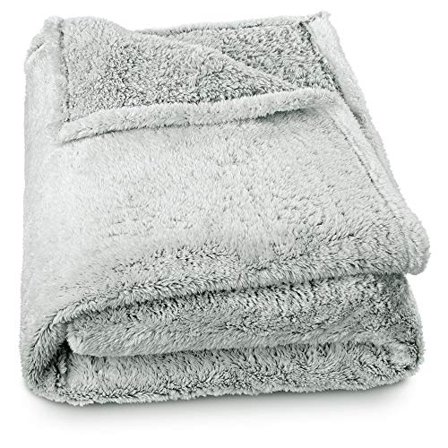 aqua-textil Ottawa Kuscheldecke 150 x 200 cm grau weiß Sherpa-Fleece Tagesdecke Melange Optik Sofadecke TV-Decke