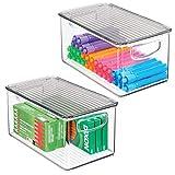 mDesign Juego de 2 cajas organizadoras con asas integradas – Caja de almacenaje para cocina, baño o material de oficina – Organizador de escritorio con tapa en plástico – transparente y gris