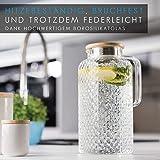 GLASWERK Glaskaraffe (2L) - Wasserkrug mit Deckel aus edlem Eichenholz - Karaffe aus stabilem Borosilikatglas - Wasserkaraffe mit Sieb im Ausguss - 5