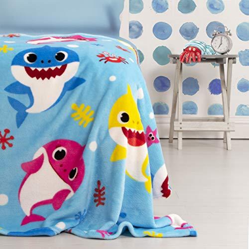 Manta de forro polar oficial Baby Shark | diseño azul super suave | con la familia completa de tiburón perfecta para cualquier dormitorio, poliéster, bebé