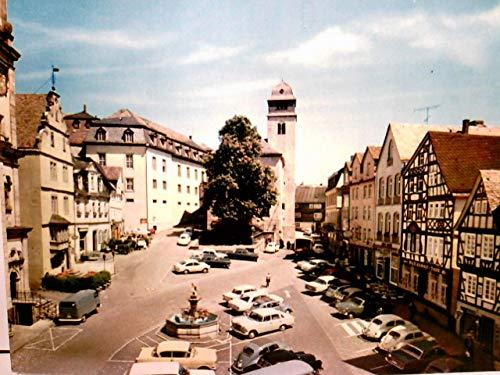 Hachenburg im Westerwald. Alter Markt. Alte AK farbig. Partie am Marktplatz, Kirche, Brunnen, viele Autos, Geschäfte