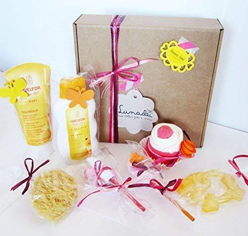 Coffret cadeau pour bébé avec 2 crèmes au calendula bio Weleda + 1 petit gâteau (= bavoir + chaussettes) + éponge naturelle + anneau de dentition rafraîchissant + 2 fleurs faites avec des chaussettes   Pour les sissies