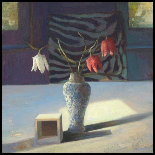 Bild mit Rahmen Edwin Aafjes - Kievitsbloemen - Digitaldruck - Alimunium schwarz glänzend, 60 x 60cm - Premiumqualität - Modern, Impressionen, Stillleben, Tisch, Blumenvase, Schachblumen, Holzkubu.. - MADE IN GERMANY - ART-GALERIE-SHOPde
