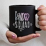N\A Kinder Squad Insegnante di Scuola Materna Tazza da caffè Nero da 11 Once, Tazza da tè in Ceramica Personalizzata Tazza per Bevande per Ringraziamento, Natale, Casa e Ufficio, Compleanno.