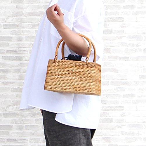 細めのラタンでしっかりと編まれたスクエアバスケットタイプのラタンハンドバッグです。巾着型のインナーバッグが入っているので、バッグの中を覗かれてしまう心配もありません。ハンドルにもきっちりとラタンが巻かれ、涼やかな雰囲気を醸し出しています。