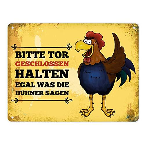 trendaffe - Metallschild XL mit Hahn Motiv und Spruch: Bitte Tor geschlossen halten egal was die Hühner Sagen