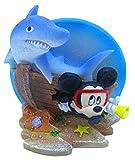 Penn-Plax Disney Mickey Mouse - Adorno para acuario, diseño de Mickey con tiburón