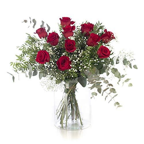 Cada ramo de flores está compuesto por 12 rosas rojas frescas y naturales de la mejor calidad acompañadas de eucalipto, lentisco y paniculata. El mejor regalo para San Valentín o el Día de los Enamorados. Las rosas son enviadas en una caja de regalo ...