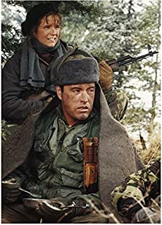 Red Dawn (1984) 8 Inch x 10 Inch Photo Lea Thompson Holding Gun & Powers Boothe Holding Fork kn