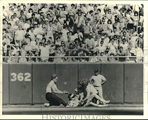 Historic Images - 1987 Press Photo Security Guards Capture Loose Fan During Milwaukee Brewers Game