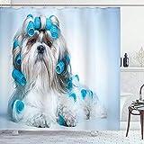wobuzhidaoshamingzi Tenda della Doccia dell'amante dei Cani, Cane di Shih Tzu con i bigodini Che governano l'acconciatura del Salone Front View Closeup Studio Shot Beige