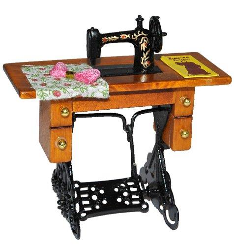 alles-meine.de GmbH Miniatur Nähmaschine mit Tisch - für Puppenstube Maßstab 1:12 - Nähmaschinentisch Puppenhaus Puppenküche klein Stoff Garn Schnittmuster
