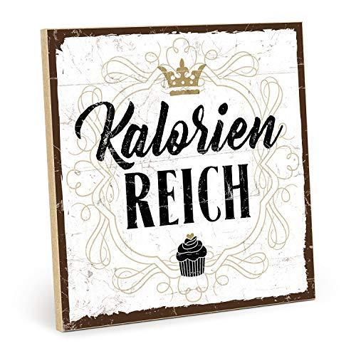 TypeStoff Holzschild mit Spruch – KALORIENREICH – Grafik-Bild bunt, Schild, Wandschild, Türschild, Holztafel, Holzbild mit Zitat/Aphorismus als Geschenk und Dekoration (9,5 x 28,2 cm)