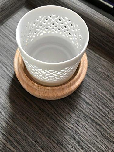 Lot de 6 bougeoirs en porcelaine blanc mat avec motif croisé sur assiette imitation bois.
