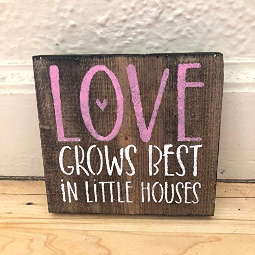 pmxkbzzr Love Grows Best in Little Houses Shelf Sitter Small Sign Wood Sign Love Sign Gifts for Her Gifts for Mom Rustic Wood Sign Decorative Sign Home Wooden Sign Plaque