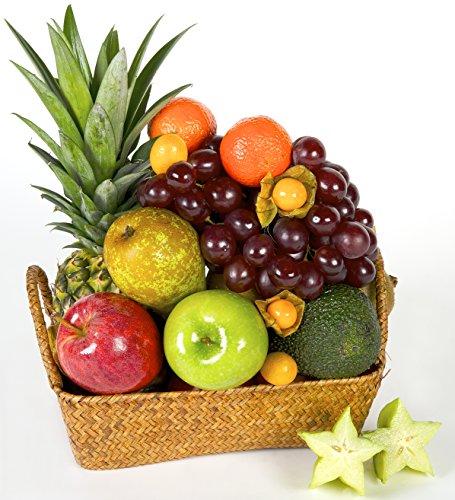 Cesta de Frutas Gracias, con frutas mediterráneas sobre un soporte de mimbre