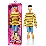 Barbie Ken Fashionista, muñeco asiático con camiseta a rayas y accesorios de moda de juguete (Mattel GRB91)