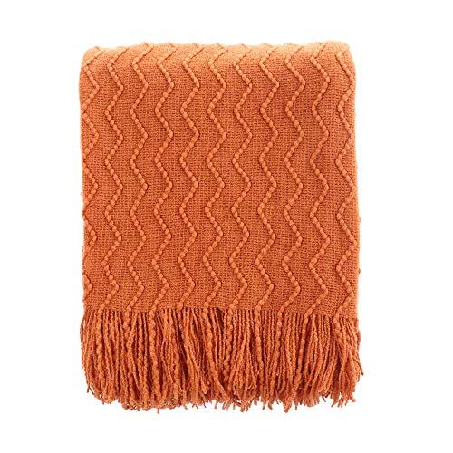 BATTILO HOME Kuscheldecke mit Quasten, Weiche Strick-Warmdecke 125x150cm Strukturierte Feste Couchabdeckung Dekorative Gemütliche Decke für Wohnzimmer, Bett, Büro, Auto (Orange)