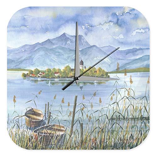 LEotiE SINCE 2004 Wanduhr mit geräuschlosem Uhrwerk Dekouhr Küchenuhr Baduhr Welt Reise Marke Bayern See Kirchturm Wand Deko Uhr 25x25 cm