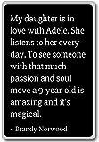 Imán para nevera con citas de Brandy Norwood con texto en inglés'My daughter is in love with Adele', negro
