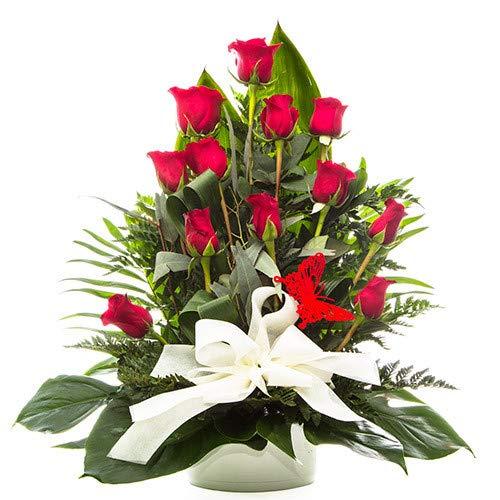 Centro de 12 rosas rojas presentado en base decorativa. Novedad en Amazon...Elige el día de entrega!, de lunes a sábado en toda la Península. Personaliza tu dedicatoria(sin coste añadido). Haz tu pedido antes de las 18h y recíbelo el día siguiente la...