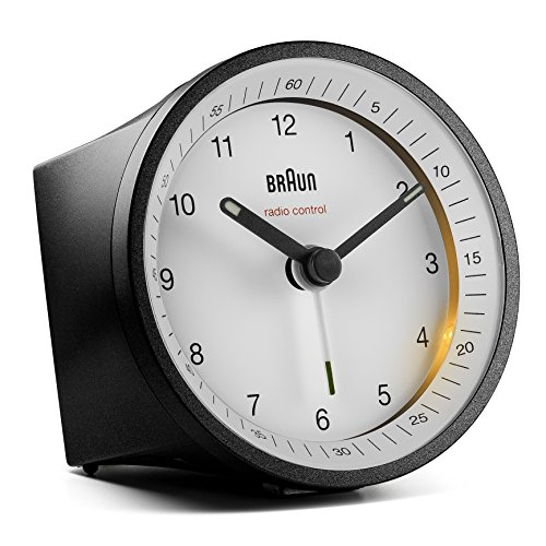 Klassischer analoger Funkwecker von Braun für die Mitteleuropäische Zeitzone (MEZ/GMT+1) mit Schlummerfunktion und Beleuchtung, ruhigem Uhrwerk, Crescendo-Alarm in Schwarz und Weiß, Modell BC07BW-DCF