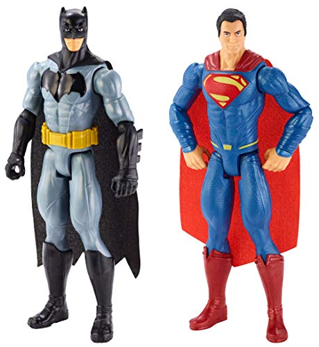 El pack incluye dos figuras grandes la película Batman v Superman: El amanecer de la Justicia Las figuras son de 30 cm Cada personaje luce la misma indumentaria que en la película Las figuras presentan nueve puntos de articulación Ideal para los niño...
