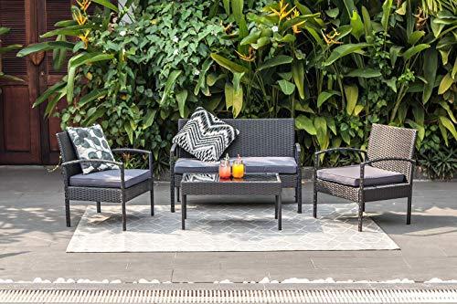 M&W - Juego de 4 muebles de patio de ratán PE para exteriores, 2 sillas acolchadas, 1 sofá y 1 mesa de café con tapa de cristal templado para jardín, patio, porche, balcón, césped, piscina